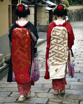 Dress like a maiko (apprentice geisha) in Kyoto